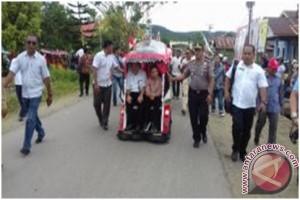 Menteri BUMN Rini Soemarno Naik Bentor Di Maluku