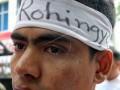 Seorang pengungsi Muslim etnis Rohingya, Myanmar mengenakan ikat kepala ketika ikut berunjuk rasa yang digelar sejumlah elemen masyarakat terkait pembantaian warga Muslim etnis Rohingya, di depan gedung DPRD Sumatera Utara, Medan. Pengunjuk rasa mendesak Perserikatan Bangsa Bangsa (PBB) menekan pemerintah Myanmar untuk menyelesaikan masalah pembantaian masyarakat muslim Rohingnya. (ANTARA FOTO/Irsan Mulyadi/Dok).