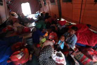 Pengungsi penuhi lapangan di Kota Mataram