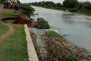 Tanggul sungai jebol ditangani sementara
