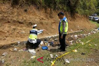 Polisi olah TKP kecelakaan Tanjakan Emen