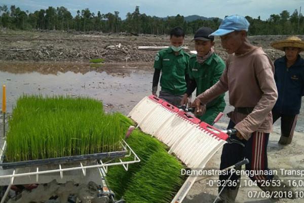 Mahasiswa STPP Bogor demonstrasikan mesin tanam padi