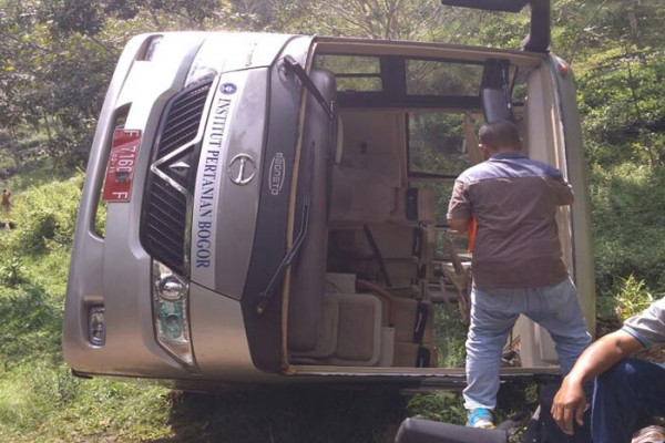 Bus IPB terguling di Sukabumi