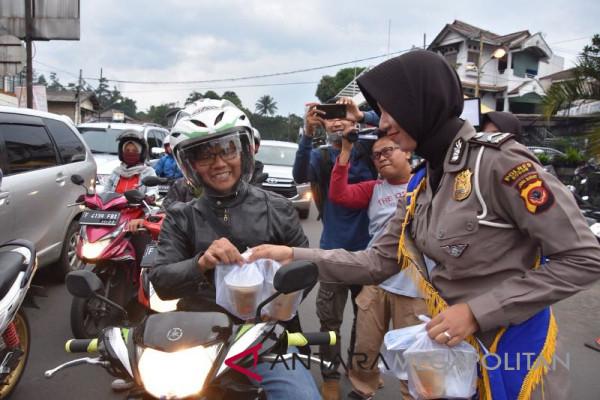 Satlantas Polres Bogor bagi-bagi takjil kepada pengendara
