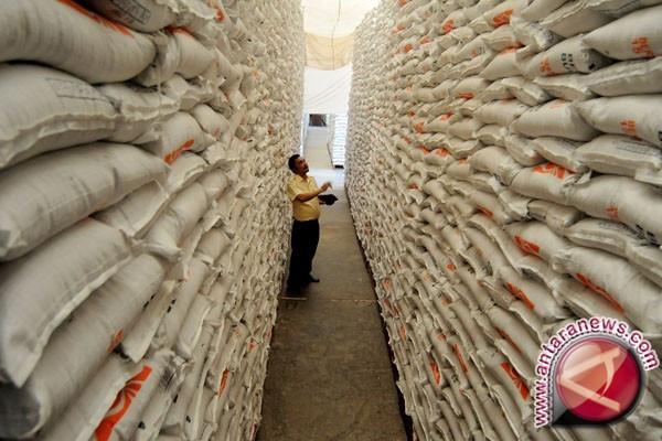 Stok beras Bulog Karawang cukup hingga setahun