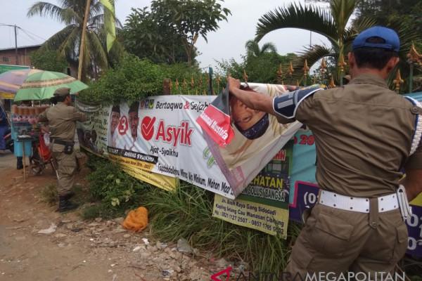Satpol PP Karawang giatkan penertiban peraga kampanye