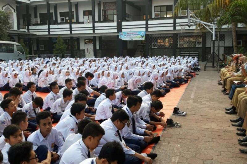 Ribuan pelajar Purwakarta doakan guru tes CPNS