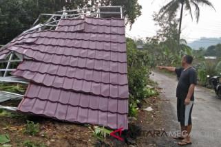 Rumah rusak akibat puting beliung mencapai puluhan