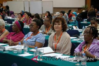 Perempuan Internasional Menanam Pohon Di Balkondes