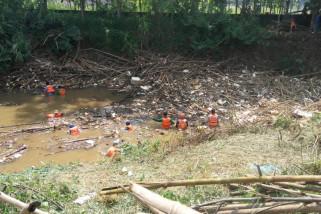 Ribuan batang bambu menyumbat hilir Sungai Cikeas