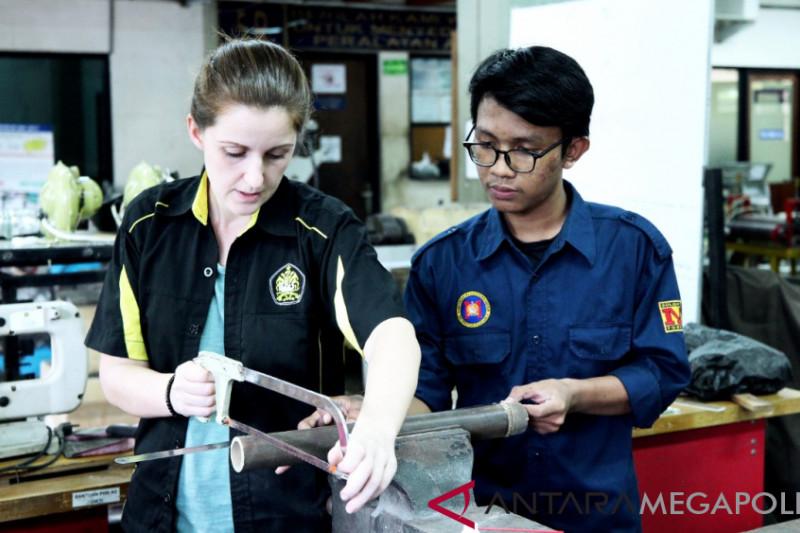 Mahasiswa Jerman belajar bambu di Universitas Pancasila