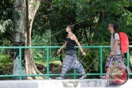 Puluhan wisman nikmati wisata tradisional di Simeulue