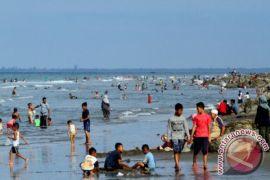 Polisi patroli ingatkan pengunjung pantai di Lhokseumawe