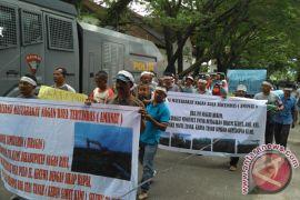 Warga Nagan Raya demo di PN Meulaboh