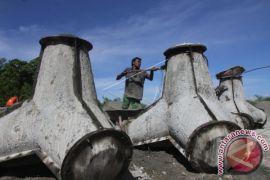 Upah Buruh Pembuat Batu Pemecah Ombak