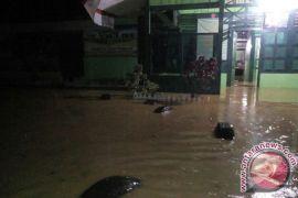 Pos Koramil Tadu Raya dikepung banjir