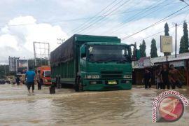 Jalan lintas nasional masih terendam banjir