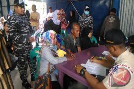 Masyarakat Sabang berobat gratis di KRI Soeharso
