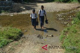 Pelajar Abdya lintasi sungai ke sekolah