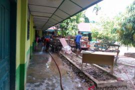 Ribuan warga bersihkan rumah akibat banjir