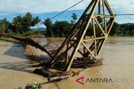 Jembatan penghubung desa Aceh Barat rubuh