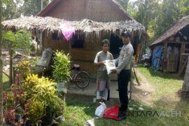 Kapolres Aceh Utara bagi Sembako untuk warga miskin