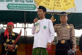 Kapolres Abdya payungi Ustad Somad