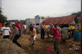 Polisi bantu pembangunan pesantren di Abdya