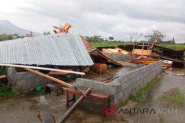Puluhan bangunan di Batam diterjang puting beliung