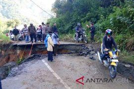 BPBD Aceh Barat tangani jalan ambles