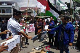 Bela Palestina, mahasiswa Takengon bakar bendera Israel