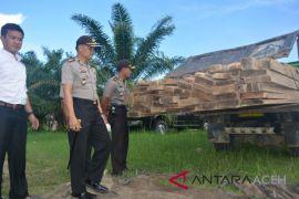 Polisi Singkil tangkap mobil angkut kayu ilegal