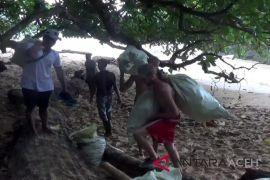 Turis bersihkan objek wisata Aceh - Sumut