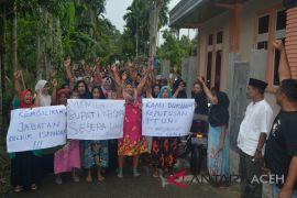 Warga minta Bupati Abdya kembalikan jabatan Iskandar