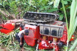 Satu warga Abdya meninggal setelah mesin pemotong padi masuk jurang