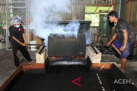 Produksi bubuk kopi tradisional Aceh
