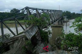 Jembatan ambruk, warga kesulitan menuju ke pusat kota