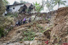 Wilayah Sukabumi diterjang longsor dan banjir
