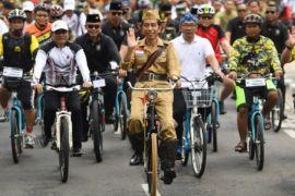 Presiden jokowi dandan ala pejuang kemerdekaan mengayuh sepeda
