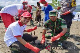 Pesisir pantai Aceh Besar ditanami 10.000 mangrove