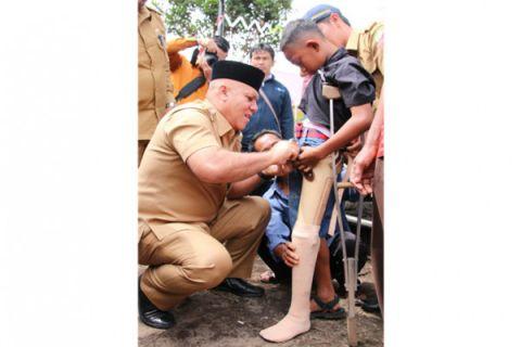 Bupati menyerahkan alat bantu untuk penyandang disabilitas