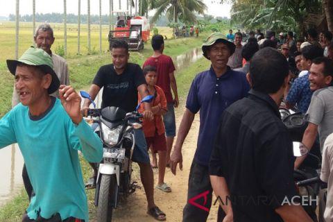 Ratusan petani Aceh Utara tolak traktor panen