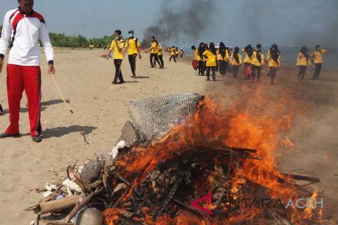 Ratusan siswa bersihkan pantai di Aceh Utara