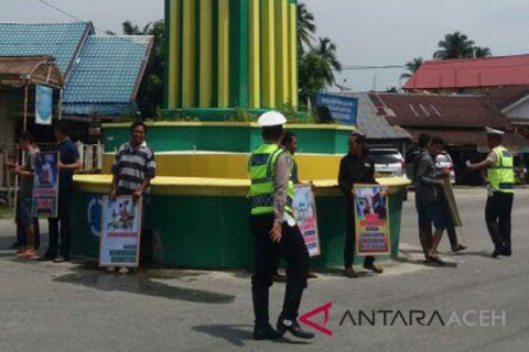 Polisi Singkil bagi-bagi stiker berlalu lintas