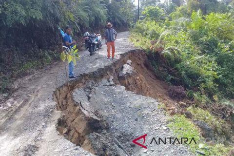 Jalan penghubung desa di Aceh Barat ambles