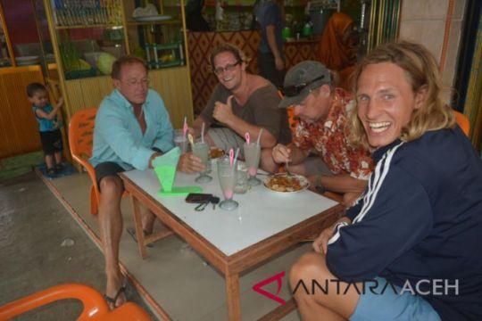 Turis mancanegara tertarik surfing di Simeulue