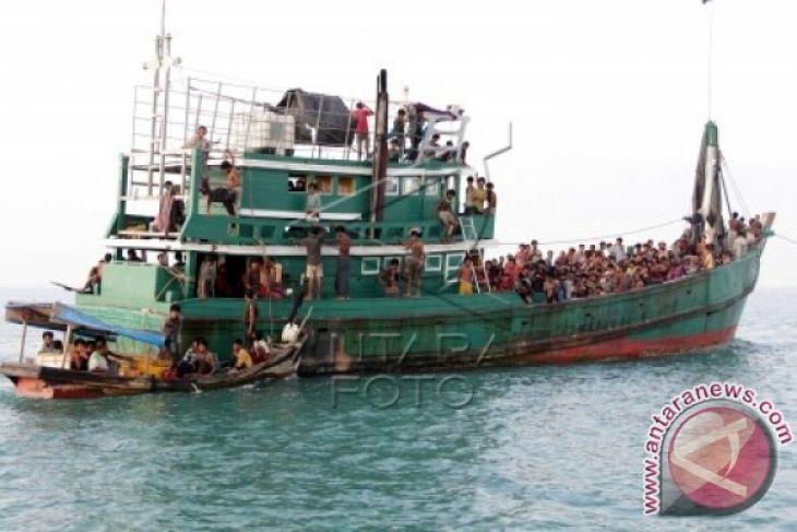 Perahu kayu muslim Rohingya terdampar di Aceh