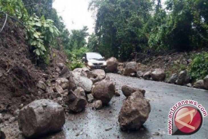 Longsoran jalan Gunung Salak dapat dilintasi
