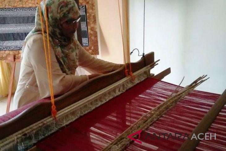 Kesetiaan Dahlia demi songket Aceh