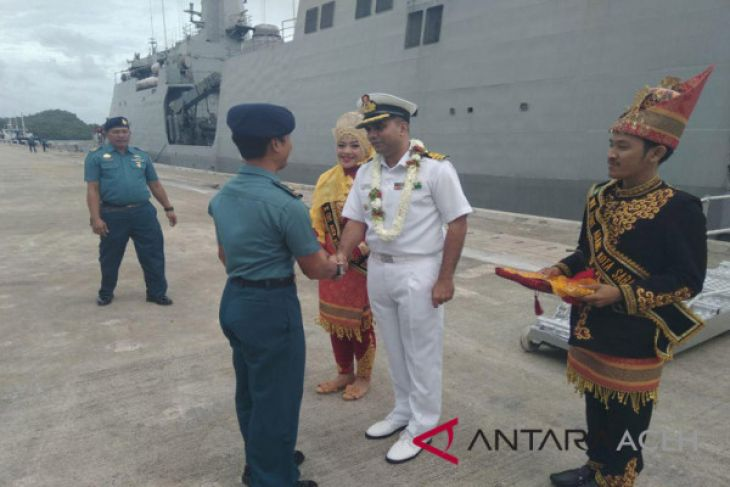 Warga berswafoto di kapal perang India